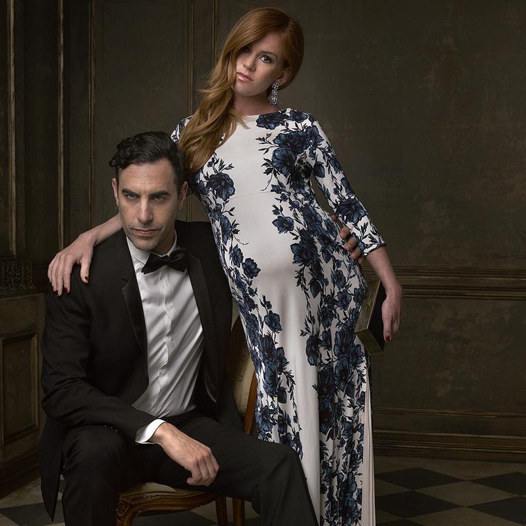 Az nem egészen világos, hogy miért nem a terhes Isla Fischer ül Sacha Baron Cohen helyett