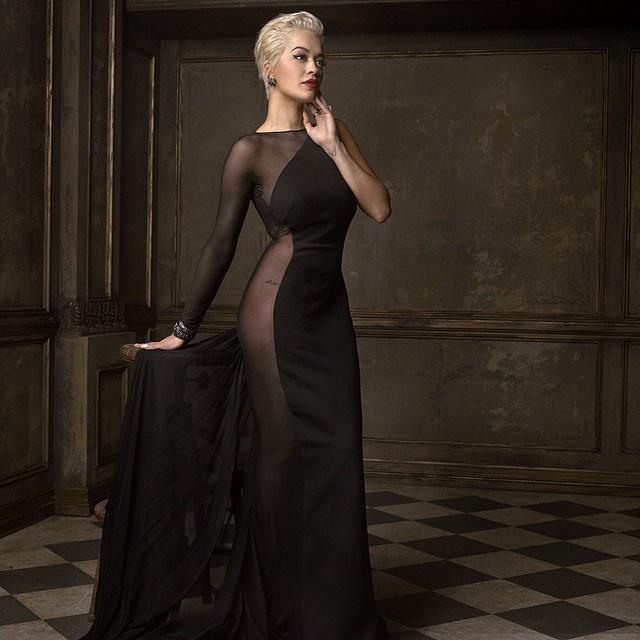 Mark Seliger elérte, hogy Rita Ora elegánsnak tűnjön ebben a ruhában
