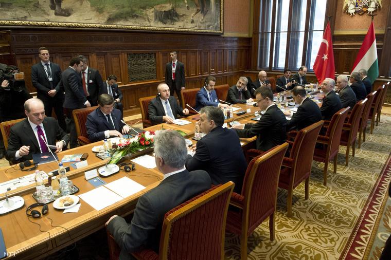 Orbán Viktor és Ahmet Davutoglu török kormányfő a magyar-török felső szintű stratégiai együttműködési tanács plenáris ülésén a Parlament Munkácsy-termében 2015. február 24-én.