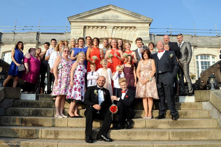 Ebben az esküvőben az a különlegesség, hogy az egyik vőlegény a királyi haditengerészetnél szolgál, így kérvényezte, hogy hadd tarthassa meg a lagziját a királyi atomtengeralattjáró-bázison