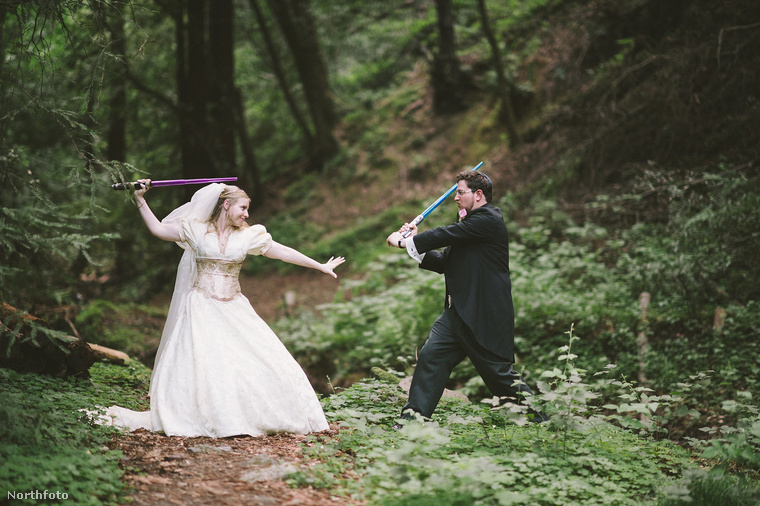 A harmadik páros szintén brit, és erről a fotóról talán már ki is lehet találni, mitől volt különleges az esküvőjük