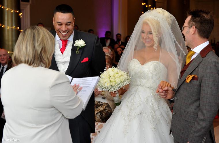 A házasságkötés pillanatában készült ez a fotó