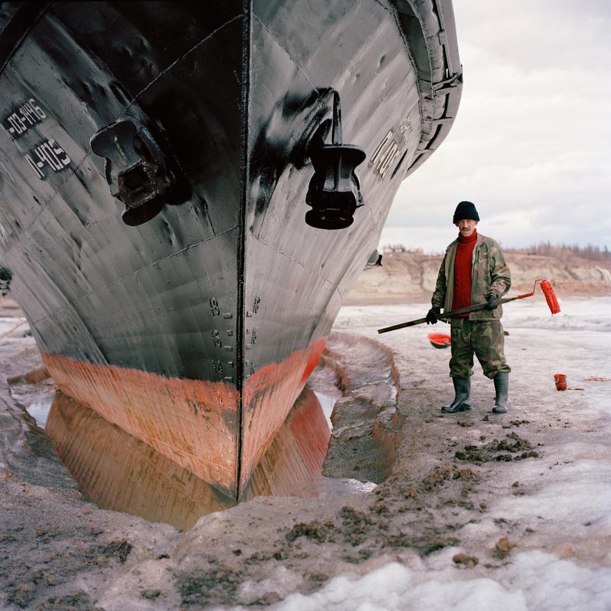 A zsiganszki Vlagyimir Jegorevics Kucsev nem esett kétségbe attól, hogy a hajója jégbe fagyott, inkább kihasználja ezt az időt arra, hogy új réteg festéket kenjen a hajótestre.