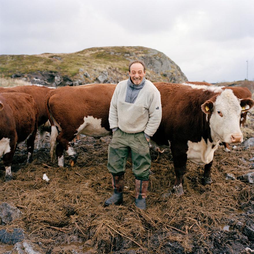 Rofer Moen minden valószínűség szerint a világ legészakibb Hereford marhacsordájának a tulajdonosa a norvégiai Traenában. Traena egy apró szigetcsoport Norvégia északi partjainál, amelyet már a kőkorszakban is laktak. Nevét onnan kapta, hogy ha távolról nézzük, három hegycsúcsot látunk kiemelkedni a tengerből. A szigetcsoport lakói főként halászatból élnek. A halászat olyan fontos része a taenaiak életének, hogy a nyolcvanas években megalkotott címerükön is három horog szerepel.