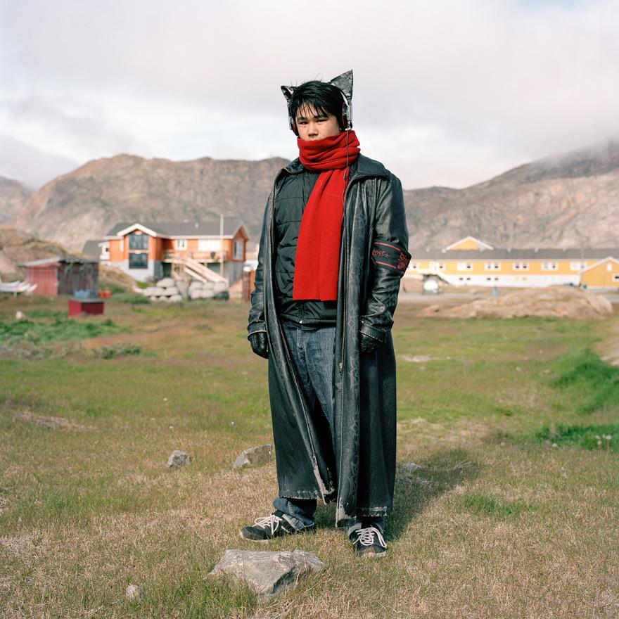 A grönlandi Sisimiut városában élő Pavia Ludvigsen gyerekkora óta szeret denevérnek öltözni.  A Facebook-profilja alapján ezt a hobbiját nem veri nagydobra, ami valószínűleg szerencsés dolog egy 5600 fős kisvárosban – a második legnagyobb grönlandi városban –, ahonnan semmilyen más településre nem vezet autóút. Paviának sisimiuti férfiként akkor sem lesz könnyű, ha nem derül ki a fura vonzalma a denevérekhez, ugyanis a városban valamiért évtizedek óta sokkal több férfi él, mint nő. A Paviáról készült portré a fotós egyik kedvence a sorozatból, amely több díjat is nyert.