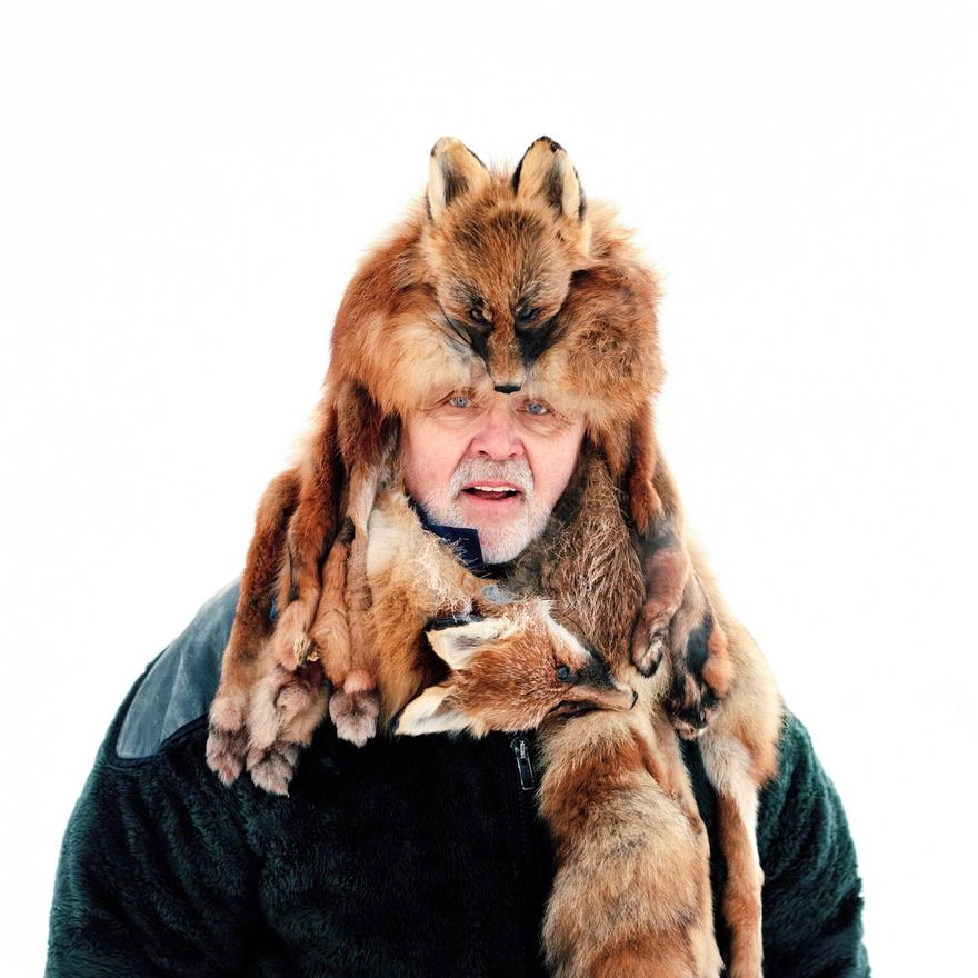Karl-Erik Vesterberg  prémvadász a svédországi Jokkmokkban.  Jokkmokk a számik, azaz a Skandinávia északi részén élő bennszülöttek egyik legfontosabb városa. A számik kiterjedt területen, szétszórtan élnek Norvégiában, Svédországban és Finnországban, illetve a oroszországi Kola-félszigeten. A népcsoportot a 20. században mind a norvég, mind a svéd kormány igyekezett elnyomni és asszimilálni. A legrosszabb a helyzetük Norvégiában, ahol még ma is sok szinten diszkriminálják a számikat, főként az iskolákban. A második világháború idején sok számi menekült el Norvégiából, nagy részük Jokkmokkban telepedett le.