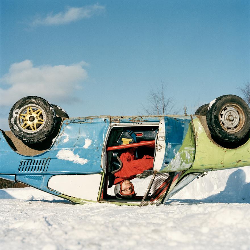 Jaakko Ollila szériaautó-versenyző a kocsijában a finnországi Rovaniemiben.