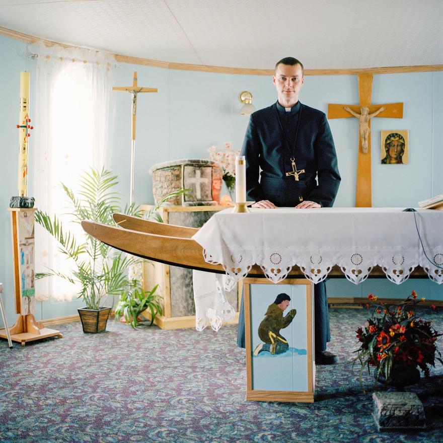 Daniel Szwarc atya a római katolikus misszió templomában a kanadai Repulse Bayben, egy inuit szánkóból készült oltár előtt.  A Hudson folyó mentén elterülő Repulse Bay (inuit nevén Nanujaat) egy körülbelül 750 fős falu közvetlenül az északi sarkkörön. Az itt élő emberek – az inuitok aivlingmiut nevű csoportja – még ma is főleg fókavadászatból, halászatból, vadászatból élnek, ezt egészítik ki a turizmusból és a népművészeti tárgyaik eladásából származó jövedelmek. A Hudson mentén élő inuitok a szerencsésebbek közé tartoznak, mert a 19. században, amikor a többi kanadai inuit közösség jelentős része kihalt vagy szakított a hagyományos életvitellel a gyarmatosítók miatt, ők sokáig érintetlenek maradtak, ezért a mai napig őrzik az inuit kultúrát.