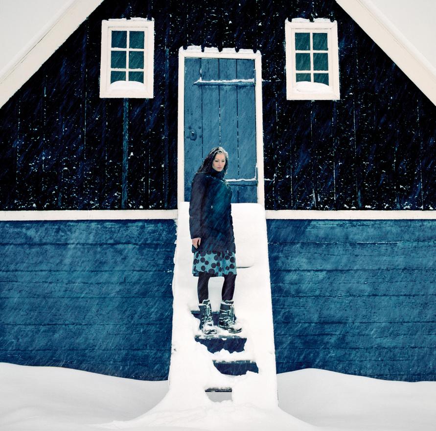 Christina Loventoft-Jessen grönlandi múzeumigazgató áll az egyik legrégebbi grönlandi templom, az 1775-ben felszentelt Bethel lépcsőjén Sisimuit városában. A grönlandi bennszülött inuitok hagyományos vallása a sámánizmus. Részletesen kidolgozott mitológiájuk középpontjában egy bosszúálló, ujjak nélküli tengeri istennő, Sedna  áll, aki maga határozza meg a fóka- és bálnavadászatok bukását vagy sikerét.  A mai grönlandiak 85 százaléka lutheránus, bár a sziget történetében volt egy rövid katolikus kitérő is, amikor a szigetet meghódító pogány viking Vörös Erik fia, Leif elutazott Norvégiába, és ott megtért, aztán hazaküldött néhány misszionáriust.