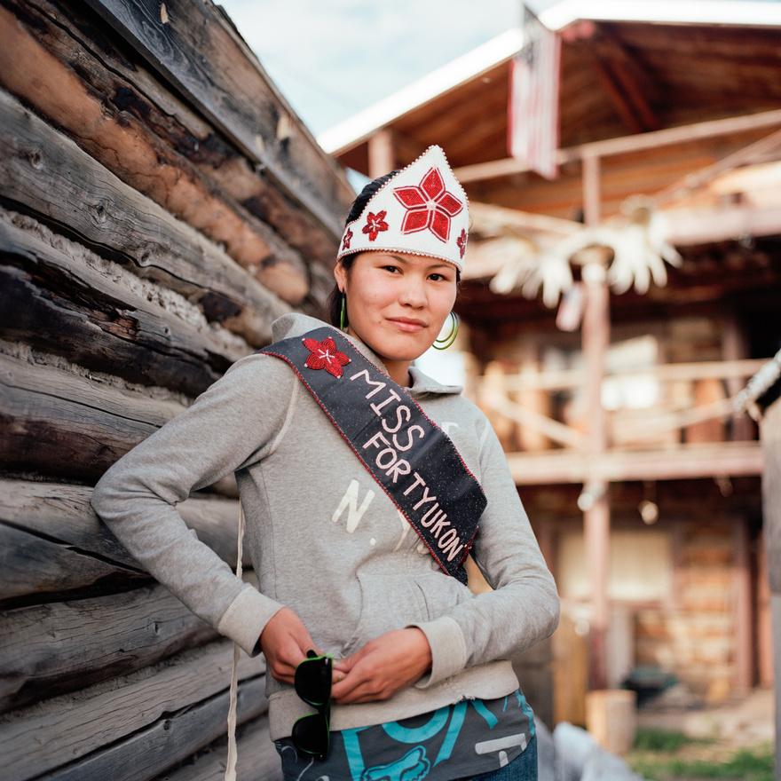 Chasity Herbert, az alaszkai Fort Yukon frissen koronázott szépségkirálynője.                          Herbert a Fort Yukon-iak többségéhez hasonlóan alaszkai bennszülött, azaz gvicsin. Alaszkában és Kanadában körülbelül kilencezer gvicsin él összesen, de a nyelvet már csak nagyon kevesen, körülbelül négyszázan beszélik folyékonyan. Az alaszkai egyetem ezért gvicsin származású nyelvészhallgatók és gvicsinül jól beszélő öregek segítségével próbálja feléleszteni a kihalás szélén álló, az atabaszk nyelvcsaládba tartozó nyelvet. Ez már csak azért is nagyon fontos projekt, mert a gvicsin mondavilág főként szájról szájra terjedt, és ha a nyelv kihal, az olyan remek történetek is elvesznek vele, mint például a gvicsinek kedvenc, óriások fején tetvekkel harcoló és saját rühes fenekéből lakomázó bolondjáról szóló sztorik.