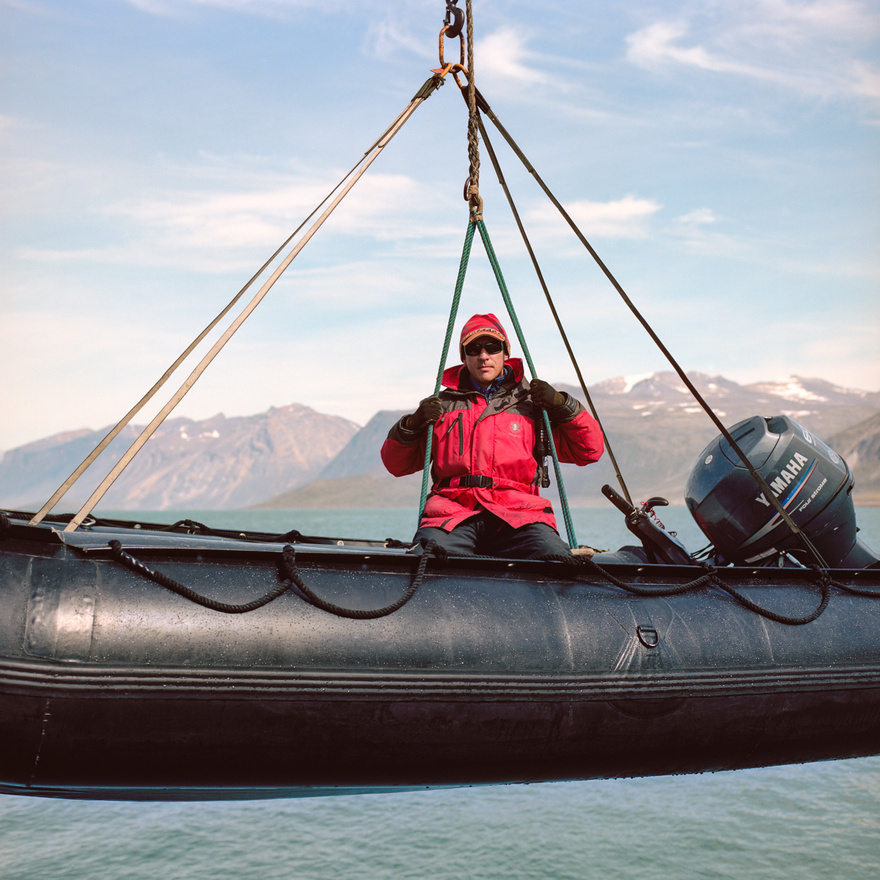 Boris Wise expedícióvezetőt és hajóját vízre eresztik a kanadai Pangnirtung fjordnál. Wise a pangnirtungiak többségével szemben nem benszülött inuit: ő Kuala Lumpurban nőtt fel, és több karrierváltás után kötött ki az északi sarkkörön mint túravezető. Az északi sarkkör természeti szépségeire egy jól működő expedícióipar települt rá, bálnalessel, jegesmedve-megfigyeléssel, Grönlandra hajózással. Az egyik legnépszerűbb célpont a Baffin-szigeti, népművészetéről híres Pangnirtung, amit az északi sarkkör Svájcaként is emlegetnek, annyira bájos kis település. A pangnirtungi inuitok egészen 1921-ig nem találkoztak a betelepülő kanadaiakkal, az első államilag kinevezett tanár pedig 1956-ban érkezett a pangnirtungi iskolába.