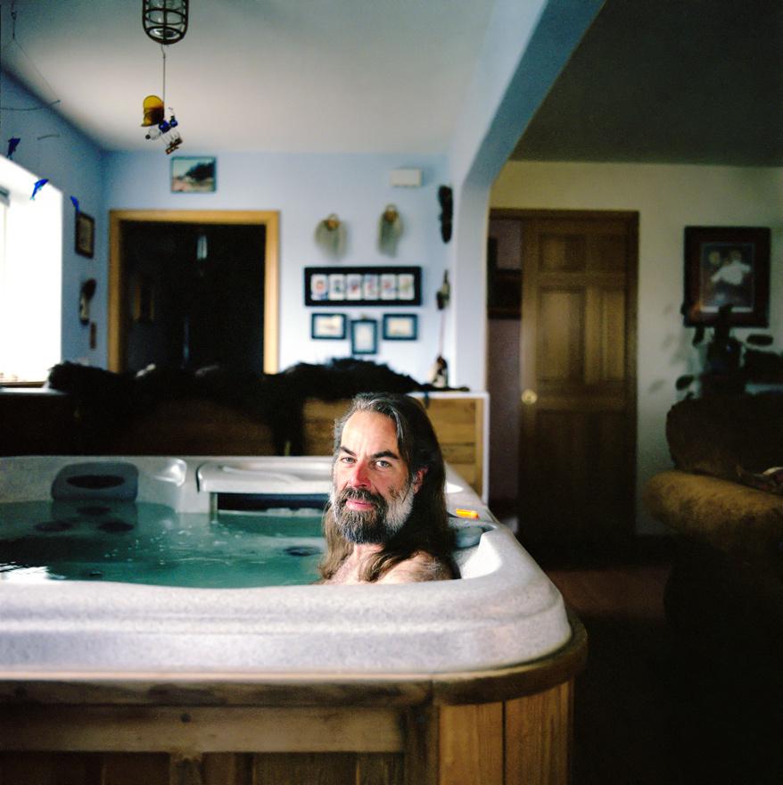 """Brett Connor ül a lakása pezsgőfürdőjében az alaszkai Kotzebue-ben. """"Miért tenném a medencét kintre, ha ott rettenetesen hideg van?"""" – kérdezte a csodálkozó a fotóstól Connor.  Kotzebue-ben tényleg nem túl kellemes a klíma: az évi középhőmérséklet mínusz 5,7 fok, a leghidegebb hónap február, amikor a napi átlaghőmérséklet mínusz 19,7 fok, a legmelegebb pedig a július, 12,6 fokos középhőmérséklettel."""