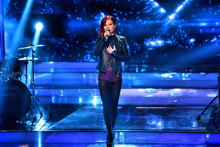 Az énekesnő, ha lehet, még rövidebb nadrágot visel, mint az előző körben, ami hagyján, de az arca is egész más.
