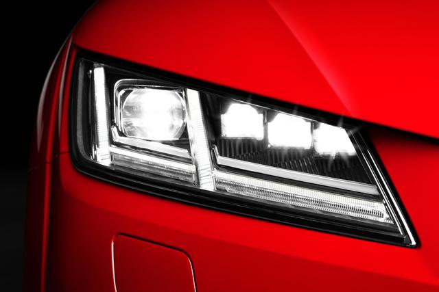Az Audi TT Coupe LED Matrix első fényszórója, nappali menetfénnyel