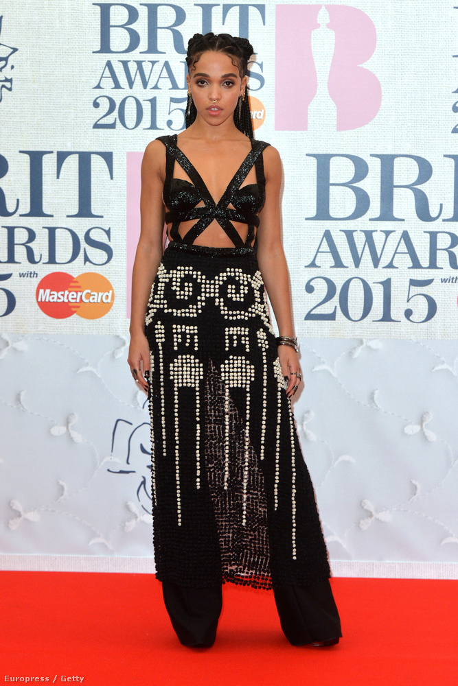 Robert Pattinson szintén lehetetlen nevű énekesnő csaja, FKA Twigs olyan ruhát húzott magára, amit valószínáleg Kim Kardashian is elirigyelt volna tőle
