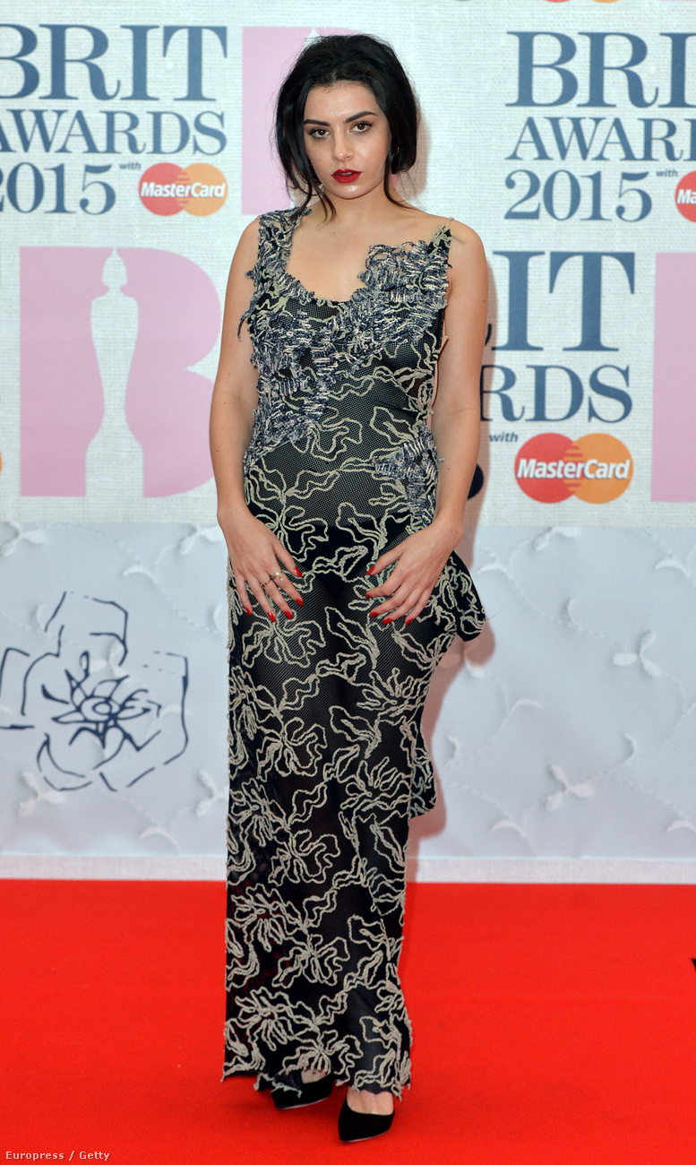 Ott volt például a lehetetlen nevű brit énekesnő, Charli XCX, aki először úgy tűnt, rendesen felöltözött.