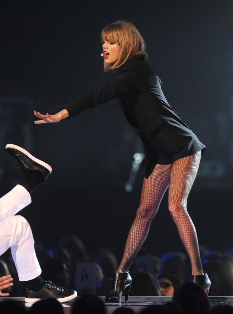 Taylor Swift csak a lábát pakolta ki, de ő mindig ezt csinálja