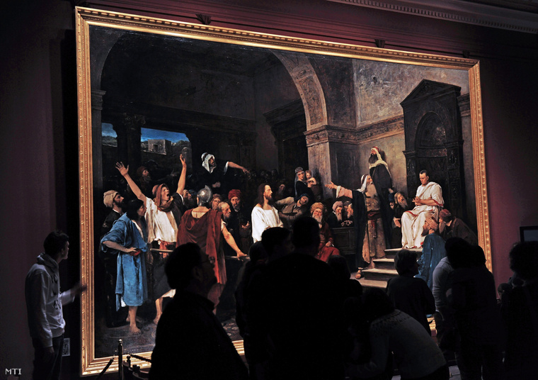 Látogatók nézik Munkácsy Mihály Krisztus Pilátus előtt című festményét a Déri Múzeumban,2013. december 22.