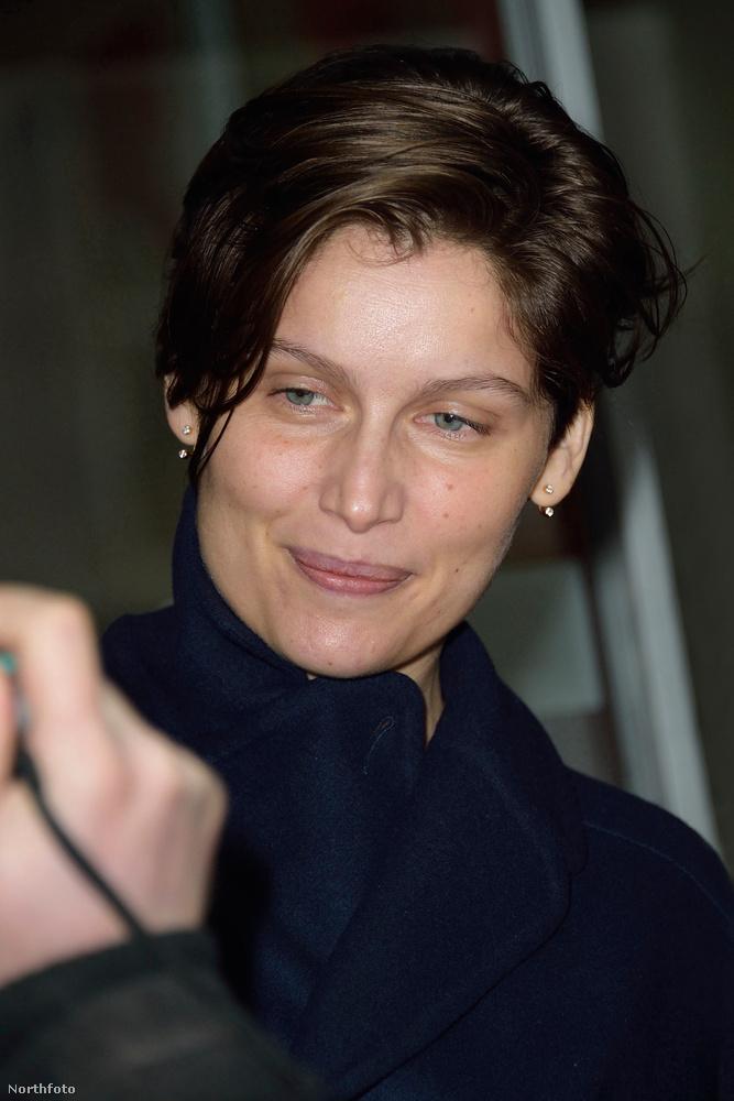 Egyébként Párizsban örökítették meg, éppen az RTL-be sietett.