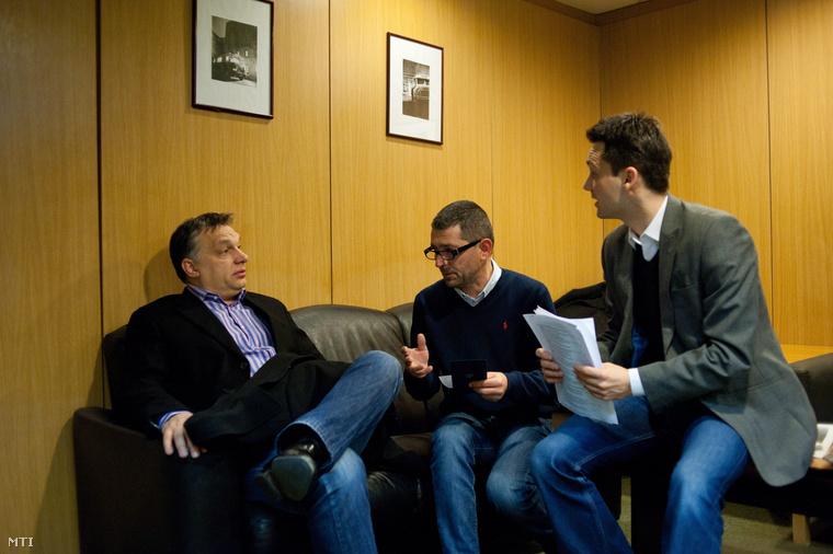 Orbán Viktor miniszterelnök Várhegyi Attilával, az MTVA kommunikációs tanácsadójával és Havasi Bertalan helyettes államtitkárral (b-j) beszélget, mielőtt a miniszterelnök interjút ad élő adásban a Kossuth rádió 180 perc című műsorában a Magyar Rádió stúdiójában 2013. február 15-én.