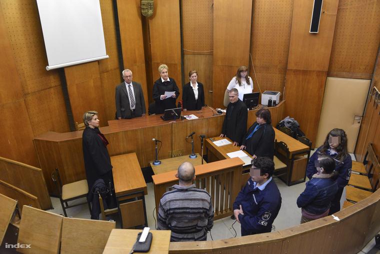 A vádlottak, K. Rudolf és felesége büntetőperükön, amelyet nevelésük alatt álló, 12. életévét be nem töltött személy sérelmére erőszakkal elkövetett szexuális erőszak bűntette és más bűncselekmény miatt tárgyalnak a Budapest Környéki Törvényszéken 2015. február 24-én.