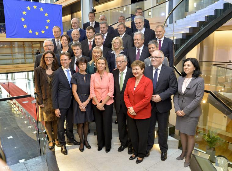 A Jean-Claude Juncker (első sor, b5) vezette új Európai Bizottság tagjai az Európai Parlament strasbourgi épületében 2014. október 22-én.