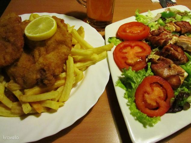 Rántott hús és saláta