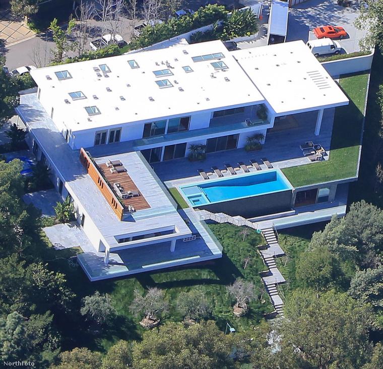 Most egész évre kivették, szerény, havi 150 ezer dollárért (közel 40 millió forint), amíg meg nem találják álmaik otthonát Los Angelesben.