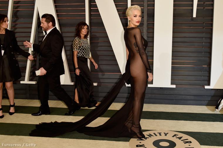 Rita Ora is hasonló stílusban mutatta meg a seggét.