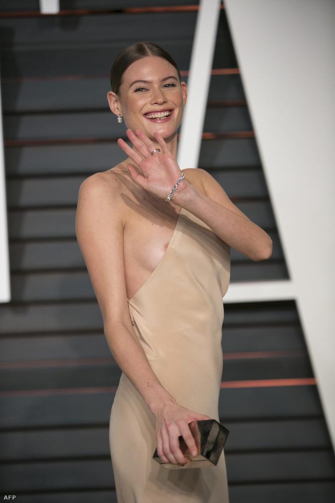Adam Levine modell felesége, Behati Prinsloo pedig addig igazgatta a ruháját, míg ki nem ficcent a bimbója.