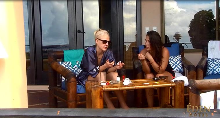 Naomi és Timi barátnősködnek