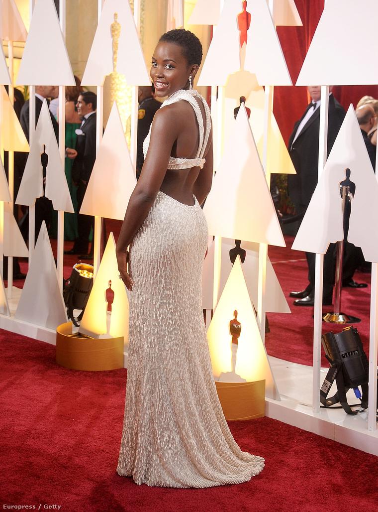Lupita Nyong'o ezt a ruhát viselte a vasárnapi Oscar-díjátadón. Az estélyit kedden lopták el a szobájából.