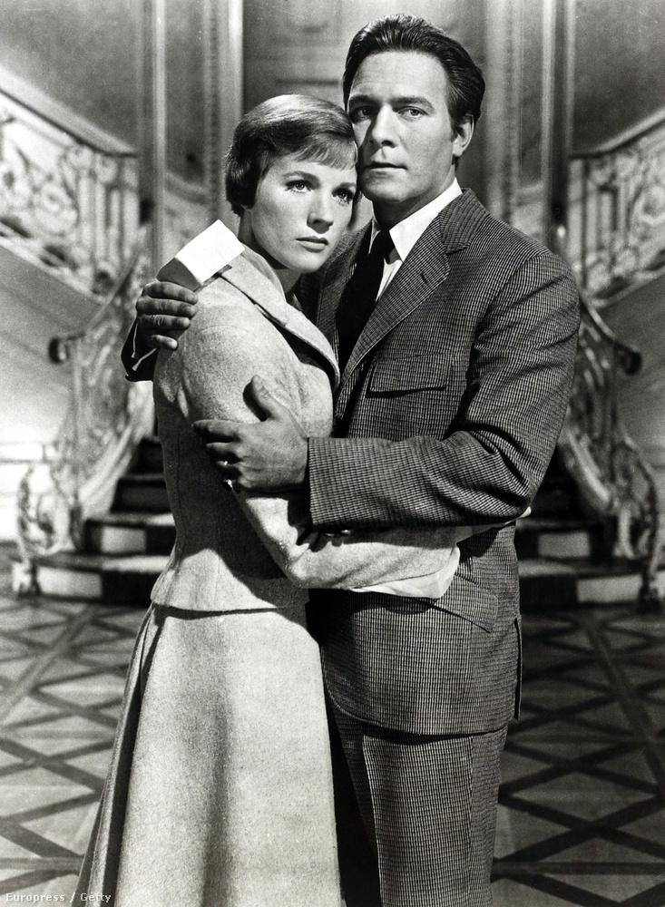 A film akkora siker volt, hogy öt Oscar-díjat is kapott, sőt egy Grammy-t is.                         (A fotón Julie Andrewst és Christopher Plummert látja)