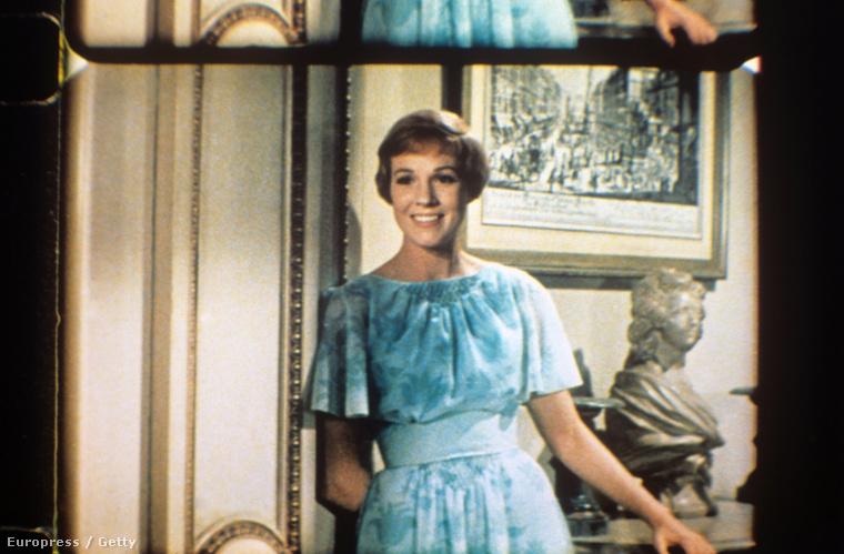 A siker titka egyébbként nem csak Richard Rodgers és Oscar Hammerstein zenéiben voltak, hanem abban is, hogy a főszerepet a borzasztóan cuki és bájos Julie Andrews játszotta, aki akkor volt 30 éves, bár inkább 22-nek nézett ki.