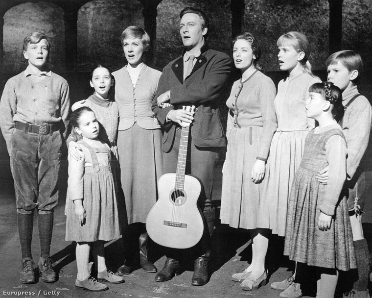 Ha nem ismerné a sztorit, A muzsika hangja röviden arról szól, hogy az apácának készülő Mariát a 30-as években elküldik a hétgyerekes Georg von Trapp tengeralattjáró-parancsnokhoz nevelőnőnek, ahol aztán annyit énekel, hogy a gyerekek is megszeretik, meg az apuka is, és végül együtt menekülnek a nácik elől a boldogságba.