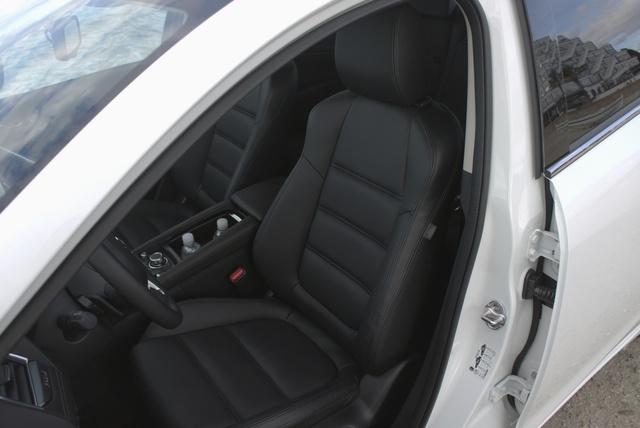 Az ülések tömését is átdolgozták a Mazda 6-ban. Jól tartanak, és nem fárasztó bennük az utazás