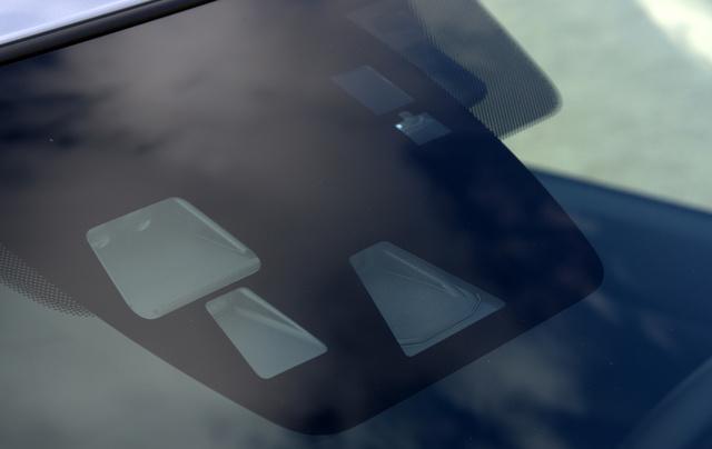 A középső tükör előtt a Mazdák szemei az adaptív ledes fényszóróhoz és a környező forgalom érzékeléséhez kellenek