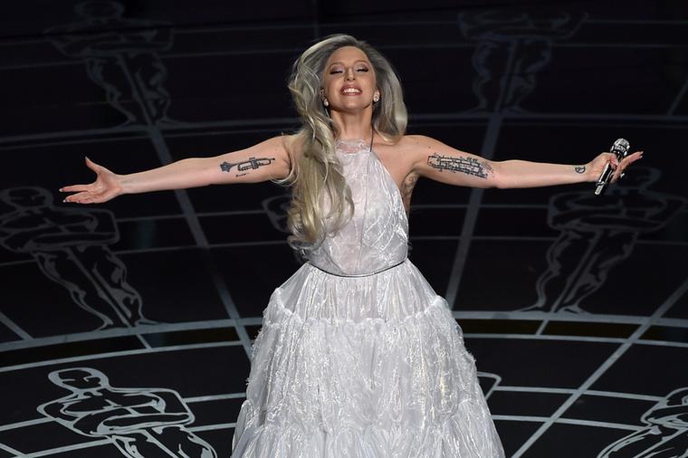 És hogy legyen egy kis aktuális is, Lady Gaga az idei Oscar-gálán előadta a musical főcímdalát...