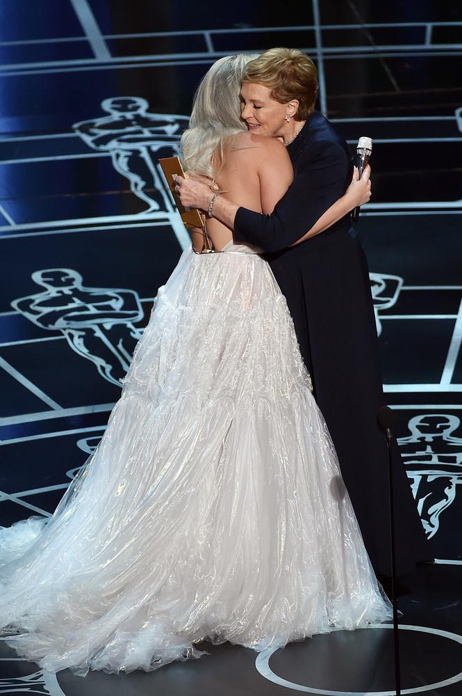 ...utána pedig Julie Andrews-zal ölelgették egymást.