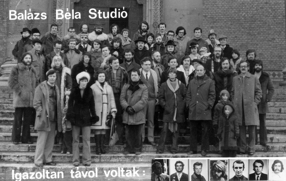 A Balázs Béla Stúidósok állnak a a Műcsarnok főbejárata előtt 1978-ban. Ebben az évben készült a Cséplő Gyuri is, a kísérletezésről híres, független filmstúdió gyártásában.