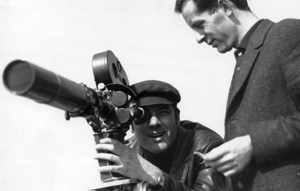"""Andor Tamás operatőr Schiffer Pál állandó munkatársa volt, ez a fotó az Ellenérvek című film forgatásakor készült 1969-ben. """"Schiffer Pállal nem voltunk testvérek, mégis együtt láttuk meg a világot. Jóvoltából, nyughatatlan szervezőkészsége segítségével beutaztuk Japánt, Norvégiát, Angliát, a Szovjetuniót és Kuvaitot, voltunk a Kanári-szigeteken, és bár Vietnamba nem vihetett magával , azért a Németfalu határában megbúvó erdei cigánytelepen és Miskolc, Hajdúböszörmény indiai nyomorúságot idéző telepein mellette lehettem."""" - írta Andor a Schifferről szóló nekrológban."""