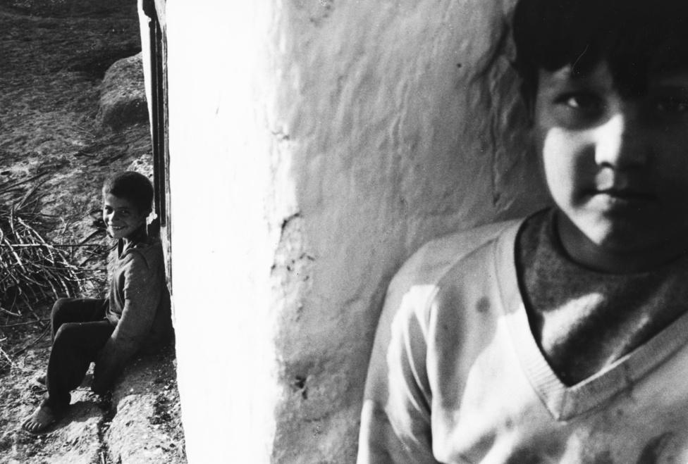 Mit csinálnak a cigánygyerekek? tette fel a kérdést Schiffer Pál az 1973-ban készült filmjében. A film további fejezetekre oszlott: Járnak-e iskolába?, Mit esznek?, Mi lesz belőlük, ha felnőnek?
