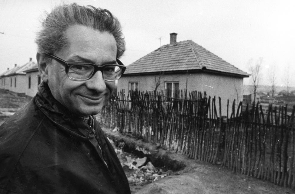 A fiatal Schiffer sofőrként és  adatgyűjtőként dolgozott 1969-70-ben Kemény Istvánnal és társaival a vidéki terepmunkákon. Az itt látottak és Kemény István cigánykutatása nagyon komoly hatással voltak a filmjeire. A kép a Faluszéli házak forgatásán készült.