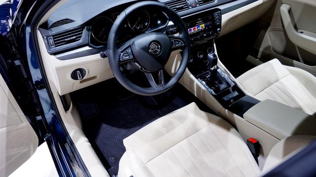 Odabent a VW középső polcáról összeválogatott extrák- és anyagok. Nem egy új Passat, de az előzőt mondjuk üti.
