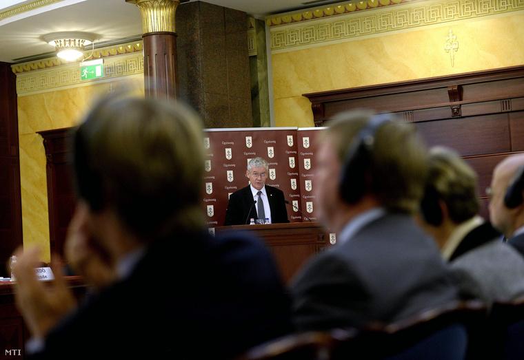 Polt Péter legfőbb ügyész az állami szervek korrupció elleni küzdelemben való együttműködéséről 2011 novemberében aláírt közös nyilatkozat évfordulóján a korrupció elleni küzdelem világnapjához is kapcsolódó tanácskozáson Budapesten az Igazságügyi Palotában 2014. december 11-én.