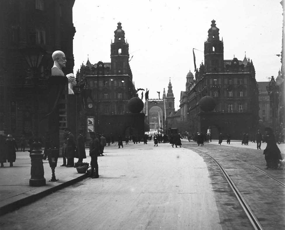 """1919. május elseje volt a Kommün legnagyobb politikai rituáléja. Nagy utcai felvonulás, tábori konyhák, mozisok adták meg a módját, a házmesterek kötelező jelleggel kirakták a vörös zászlókat minden épületre. Az ünnepségek fő szervezője az egyébként legkegyetlenebb, jakobinus terror felé törő Szamuely volt, aki a várost rettegésben tartó """"Lenin-fiúkat"""" is irányította a hétköznapokon."""