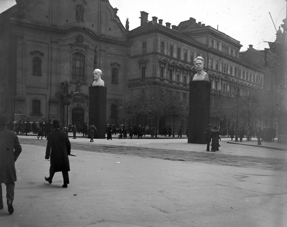 A Ferenciek terén felállított szobrok egyikén - Lenin mellett - a német szociáldemokraták mártírja, a Rosa Luxemburggal együtt meggyilkolt Karl Liebknecht. A háborúellenes baloldali politikus azon kevesek közé tartozott, akikre névvel és arccal emlékeztek a tanácsköztársaság alatt. Egyébként Marx, Engels és az életében velük végig vitában álló Lassalle, a magyarok közül pedig az anarchista könyvtárigazgató Szabó Ervin kapott még szobrot. A Vörösmarty (akkor Gizella) térből Károlyi Mihály tér lett, az Országház-térből pedig Népszava-tér.