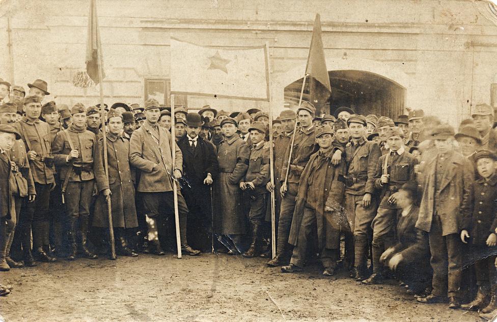 A forradalmi toborzás hatására 6 nap alatt 40 ezren léptek be a magyar Vörös Hadseregbe. A románok és csehek elleni, mindenkit meglepő kezdeti sikerek lélegzetet és időt adtak a kommünnek, pedig nem sokkal korábban még azonnali összeomlással számoltak Magyarországon és külföldön egyaránt.