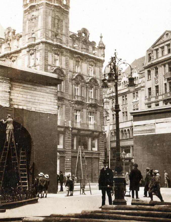 Vörös drapériával fedik le a Kígyó térnél (vagyis az Erzsébet-híd pesti hídfőjénél) a kommunista diadalívként funkcionáló két hatalmas kapuzatot. A május elsejei nagyszabású ünnepségekre emelt diadalkapuk tetején két hatalmas glóbuszt helyeztek el. A kapuk nemcsak az új hatalom szellemiségét voltak hivatottak kifejezni, ugyanilyen fontos volt, hogy a régit elrejtsék: a kapuk az itt álló Pázmány és Werbőczy szobrok köré épültek, természetesen a történelem meghaladása jegyében.