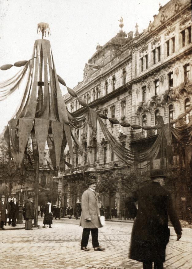 A Kommün mindent megtett, hogy a maga képére formálja a várost. Művészeti programjuk keretében 300 tagú ünnepi cigányzenekar húzta - állítólag a csárdás stílusában - a Marseillaise-t. Az Internacionálét a Zeneakadémián Kodály instrukciói szerint hangszerelték át. Az utcák ünnepi színe lett a forradalmi vörös, az akkori beszámolók szerint bikavadítóvá vált Budapest arculata.